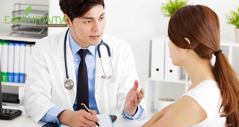 Nếu mẹ có tiền sử bị bệnh tim, thận, tiểu đường thì nên hỏi ý kiến bác sĩ về thời gian cho con bú