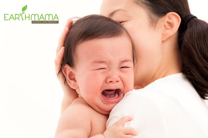 Mẹ thường cho bé ăn khi thấy bé khóc