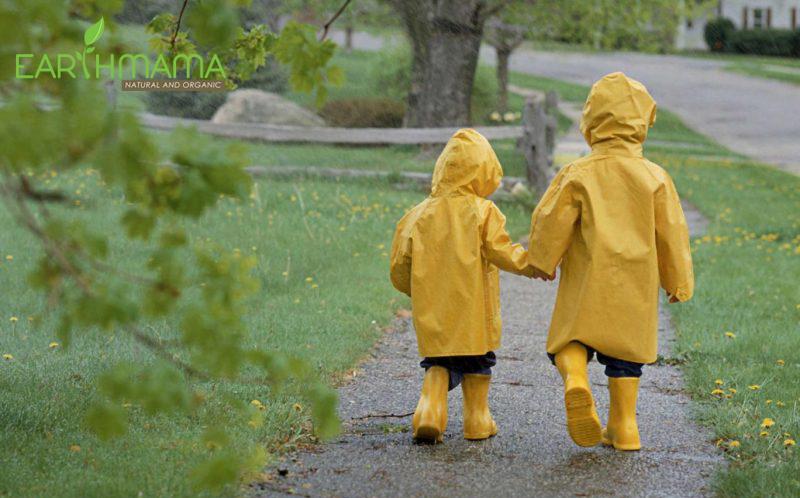Tránh không cho bé bị ướt mưa