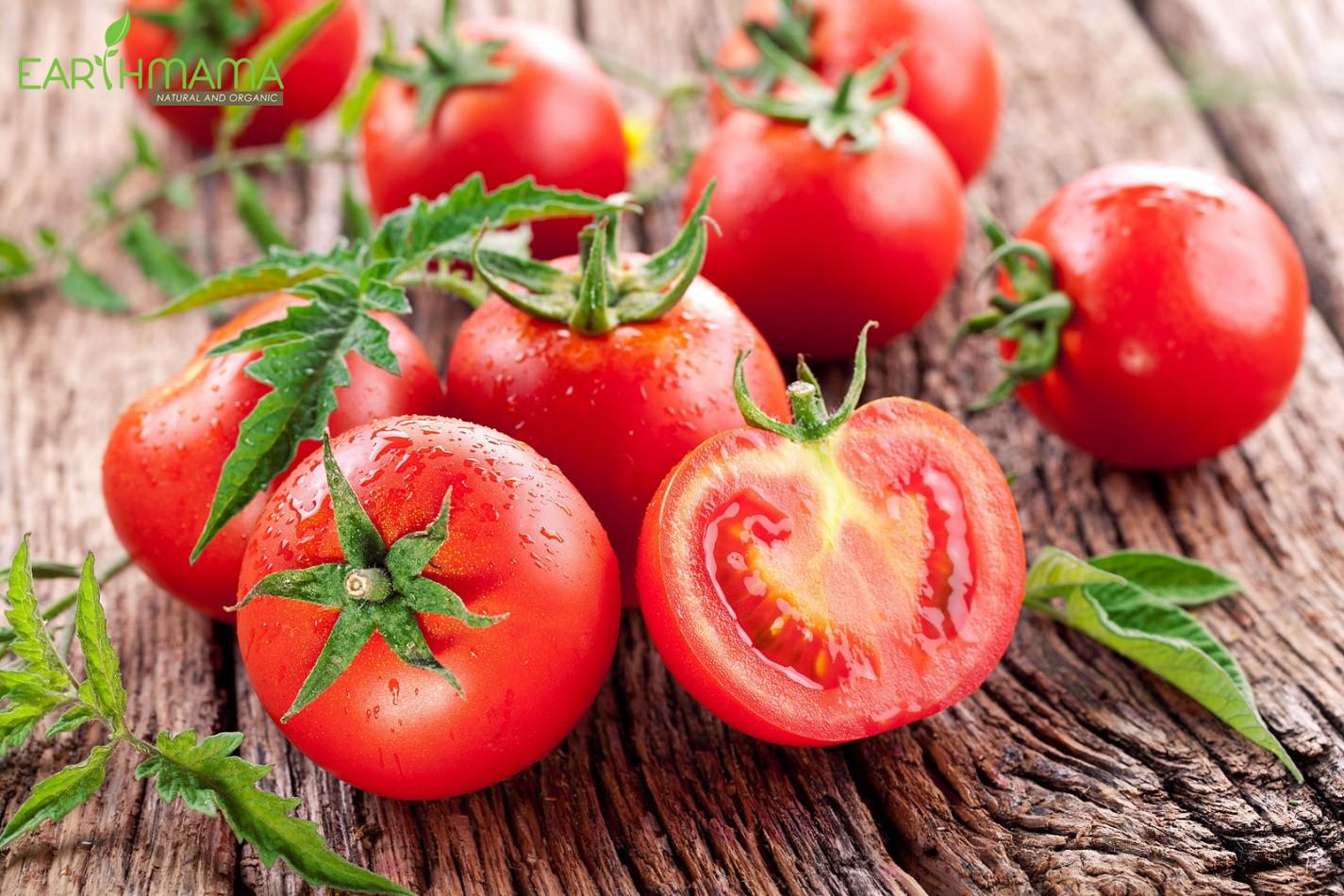Mẹ hãy hạn chế cho bé ăn cà chua hoặc các sản phẩm từ cà chua để làm dịu cơ hăm da